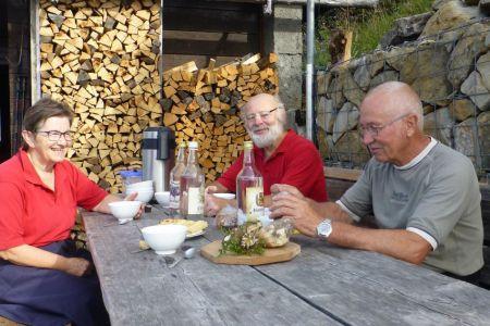 100_Hutten-Team-Lisbeth,-Gregor,-Godi-kurze-Pause.JPG